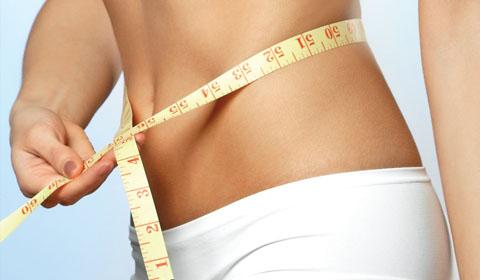 Exercícios de perda de peso de um estômago depois da entrega em condições de casa com a criança