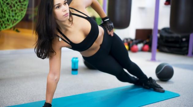 A prancha lateral fortalece a musculatura da cintura e intercostais para uma silhueta mais sequinha