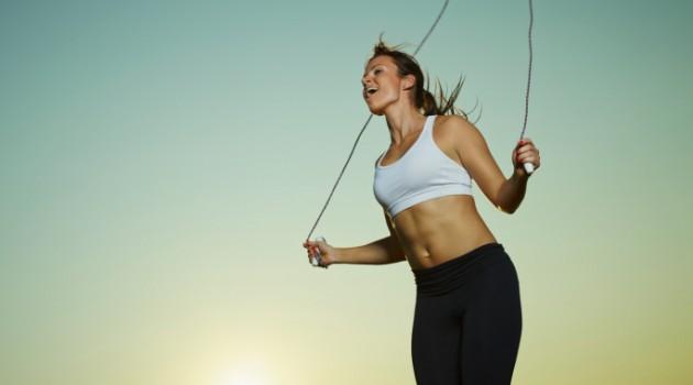 É preciso usar uma corda com comprimento adequado à altura de quem vai praticá-la
