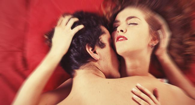 sexo-orgasmo-cama-vermelha