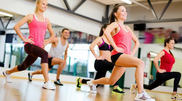 O afundo é outro exercício que também é eficaz para quem quer definir as pernas