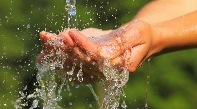 Beber a quantidade correta de água é uma arma poderosa para amenizar os furinhos