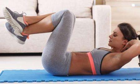 Retirar a gordura em um estômago por meio de agacha-se